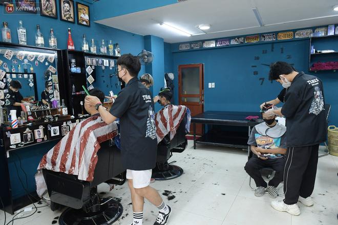 Ảnh: Sau gần 1 tháng chờ đợi, người dân đi cắt tóc gội đầu ngay trong sáng đầu tiên Hà Nội nới lỏng các dịch vụ - ảnh 3
