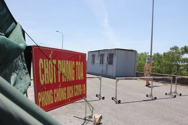 """Ảnh: Lực lượng công an """"phơi mình"""" dưới nắng 40 độ để chốt phòng chống dịch - ảnh 10"""