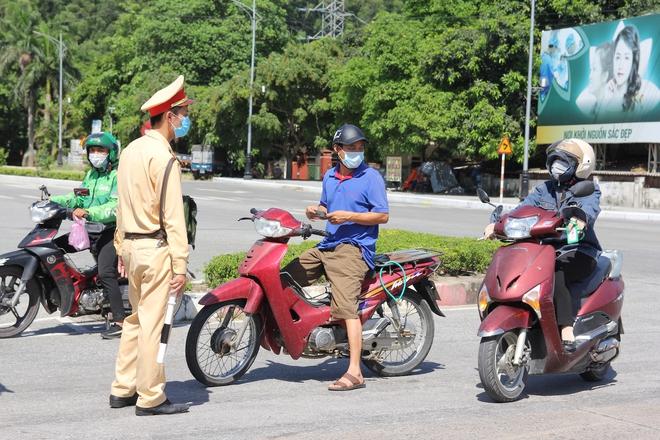 """Ảnh: Lực lượng công an """"phơi mình"""" dưới nắng 40 độ để chốt phòng chống dịch - ảnh 2"""