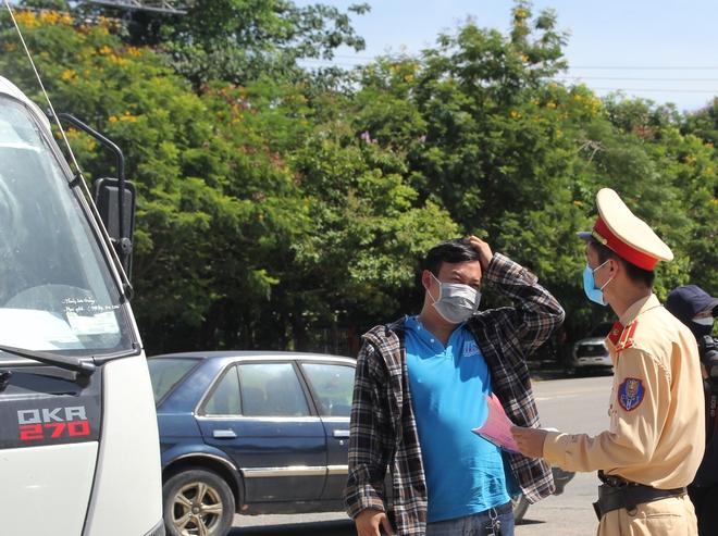 """Ảnh: Lực lượng công an """"phơi mình"""" dưới nắng 40 độ để chốt phòng chống dịch - ảnh 4"""