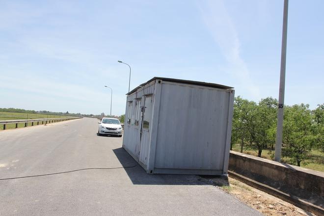 """Ảnh: Lực lượng công an """"phơi mình"""" dưới nắng 40 độ để chốt phòng chống dịch - ảnh 9"""