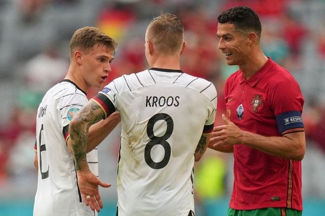 Sau khi Bồ Đào Nha thua tan nát, có một cầu thủ Đức đã giúp Ronaldo vui vẻ trở lại và đây là nội dung cuộc trò chuyện của cả hai - ảnh 1