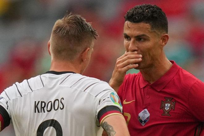 Sau khi Bồ Đào Nha thua tan nát, có một cầu thủ Đức đã giúp Ronaldo vui vẻ trở lại và đây là nội dung cuộc trò chuyện của cả hai - ảnh 2