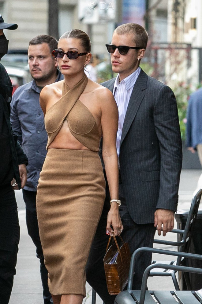 Tranh cãi Justin Bieber diện vest đi sneaker và Hailey hở bạo đến gặp Tổng thống Pháp, lí do hẹn gặp còn gây bức xúc hơn? - ảnh 2