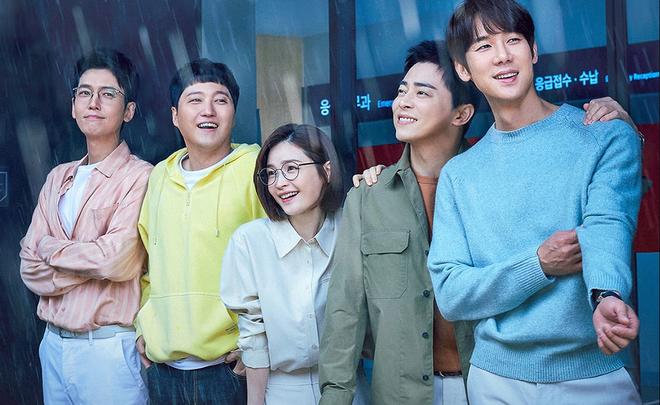 Jeon Mi Do ở hậu trường Hospital Playlist 2 bị tạt nước mưa, hội mỹ nam có hành động ngọt xỉu làm netizen ngất ngây - ảnh 1