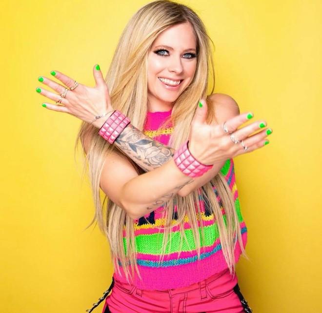 3,4 triệu người đang phát sốt vì clip của Avril Lavigne, nhan sắc sau 20 năm muốn lập kỷ lục hack tuổi thế giới hay gì? - ảnh 7
