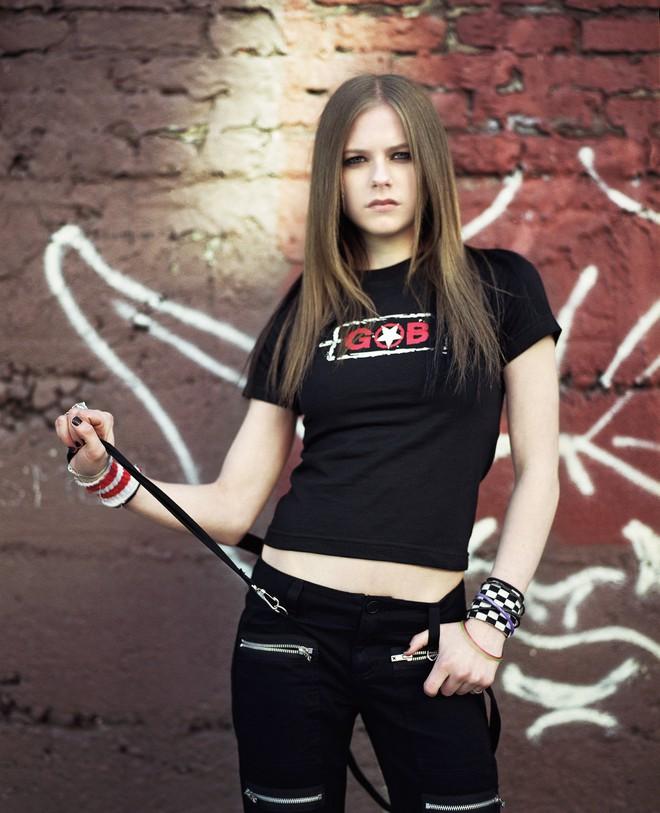 3,4 triệu người đang phát sốt vì clip của Avril Lavigne, nhan sắc sau 20 năm muốn lập kỷ lục hack tuổi thế giới hay gì? - ảnh 8