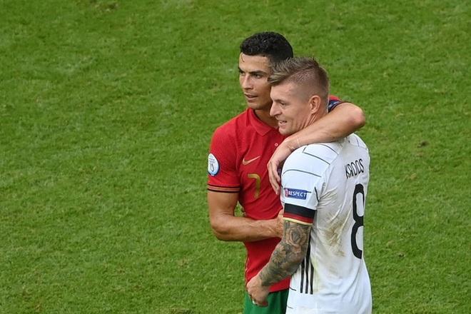 Sau khi Bồ Đào Nha thua tan nát, có một cầu thủ Đức đã giúp Ronaldo vui vẻ trở lại và đây là nội dung cuộc trò chuyện của cả hai - ảnh 3