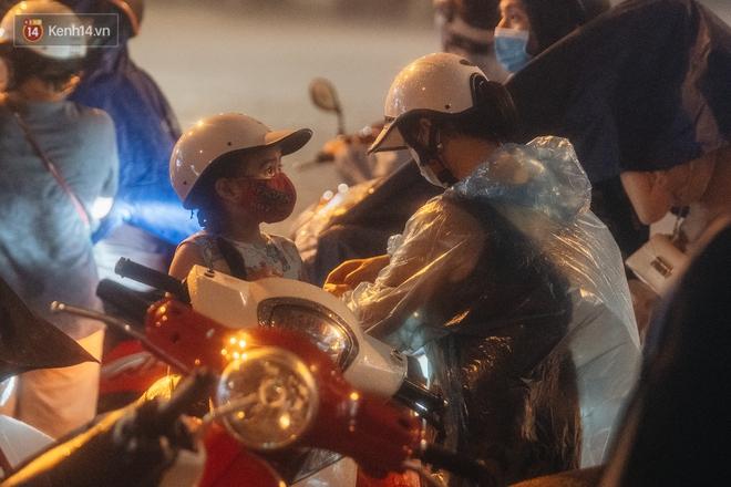 Chùm ảnh Hà Nội sau cơn mưa trắng trời: Cây đổ khắp phố phường, mất điện, người dân không kịp trở tay - ảnh 8