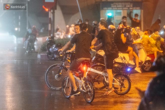 Chùm ảnh Hà Nội sau cơn mưa trắng trời: Cây đổ khắp phố phường, mất điện, người dân không kịp trở tay - ảnh 4