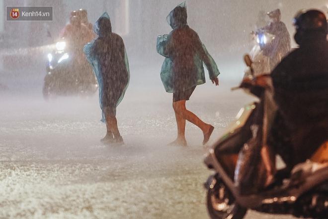 Chùm ảnh Hà Nội sau cơn mưa trắng trời: Cây đổ khắp phố phường, mất điện, người dân không kịp trở tay - ảnh 3