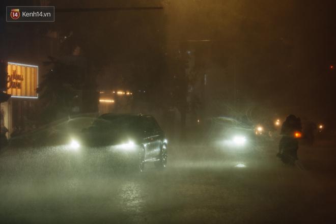 Chùm ảnh Hà Nội sau cơn mưa trắng trời: Cây đổ khắp phố phường, mất điện, người dân không kịp trở tay - ảnh 1