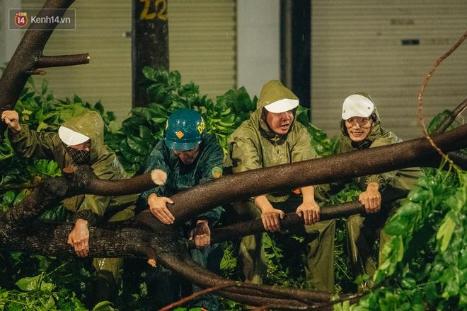 Chùm ảnh Hà Nội sau cơn mưa trắng trời: Cây đổ khắp phố phường, mất điện, người dân không kịp trở tay - ảnh 12