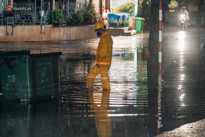 Chùm ảnh Hà Nội sau cơn mưa trắng trời: Cây đổ khắp phố phường, mất điện, người dân không kịp trở tay - ảnh 9