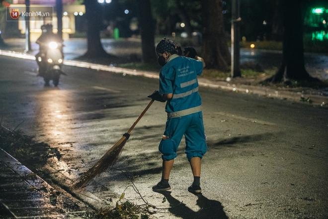 Chùm ảnh Hà Nội sau cơn mưa trắng trời: Cây đổ khắp phố phường, mất điện, người dân không kịp trở tay - ảnh 15