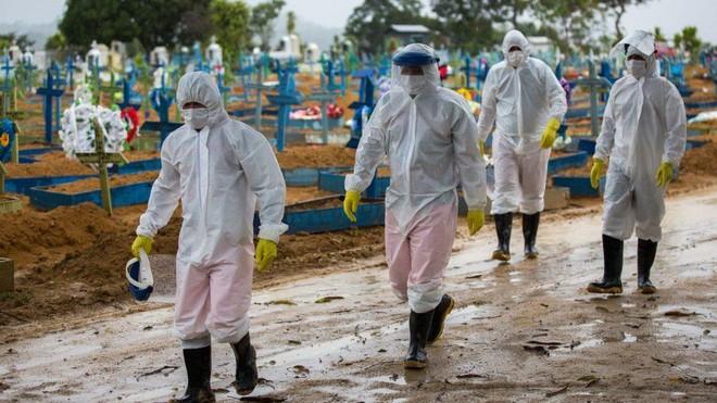Kén chọn vaccine, ổ dịch nghiêm trọng nhất của thế giới chìm sâu vào vũng lầy kinh hoàng với 500.000 ca tử vong - ảnh 4