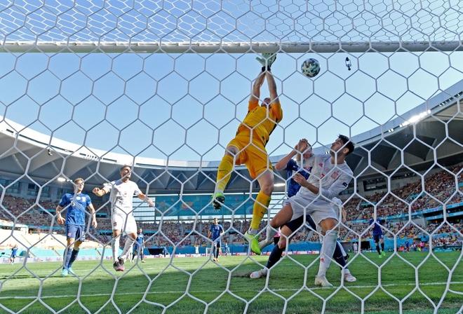 KHÔNG THỂ TIN NỔI! Thủ môn Slovakia tự đánh bóng vào lưới nhà, biếu bàn thắng cho Tây Ban Nha - ảnh 1