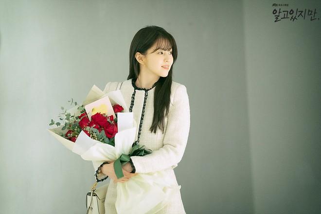 Bàng hoàng ngã ngửa vì bạn trai bệnh hoạn, Han So Hee được netizen khen nức nở ở Nevertheless - ảnh 1