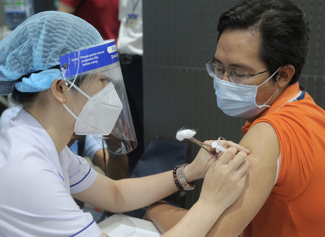 Bộ Y tế đề nghị 10 tỉnh thành đẩy nhanh tiến độ tiêm vắc-xin Covid-19 - ảnh 1