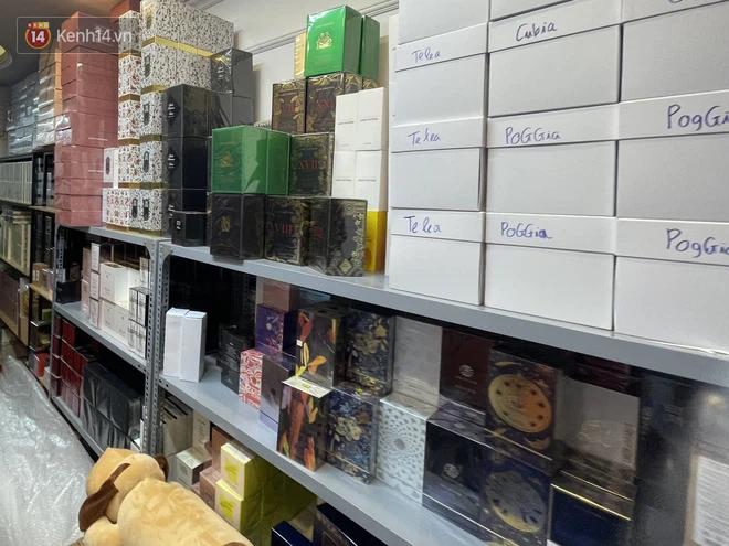Đột kích cửa hàng ở phố cổ Hà Nội, thu giữ hàng nghìn chai nước hoa Gucci, Dolce & Gabbana, Good Girl... không rõ nguồn gốc - ảnh 2