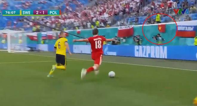 HOT: Quốc kỳ Việt Nam tung bay trên khán đài Euro 2020, chứng minh fan Việt hâm mộ bóng đá không kém bất kỳ nước nào trên thế giới - ảnh 1