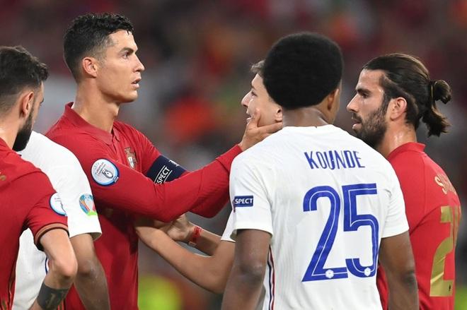 Đánh liều lẻn vào sân, fan cuồng được Ronaldo nựng má cưng xỉu: Biểu cảm của chàng trai chứng minh CR7 vĩ đại thế nào - ảnh 2