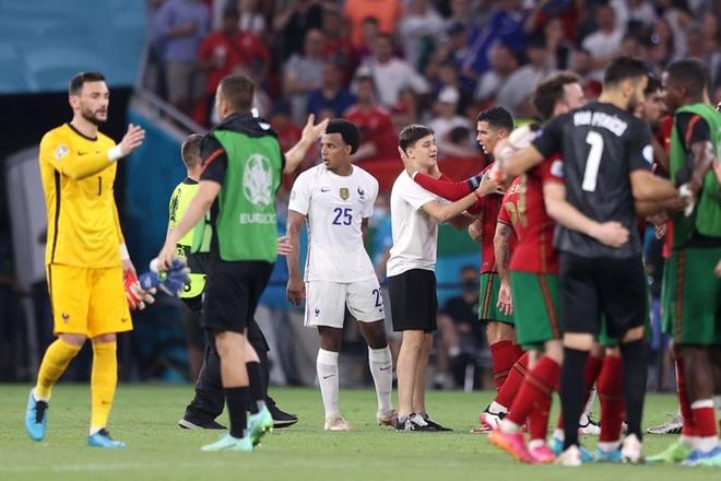 Đánh liều lẻn vào sân, fan cuồng được Ronaldo nựng má cưng xỉu: Biểu cảm của chàng trai chứng minh CR7 vĩ đại thế nào - ảnh 4