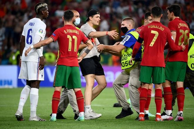 Đánh liều lẻn vào sân, fan cuồng được Ronaldo nựng má cưng xỉu: Biểu cảm của chàng trai chứng minh CR7 vĩ đại thế nào - ảnh 5
