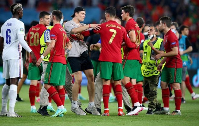 Đánh liều lẻn vào sân, fan cuồng được Ronaldo nựng má cưng xỉu: Biểu cảm của chàng trai chứng minh CR7 vĩ đại thế nào - ảnh 6