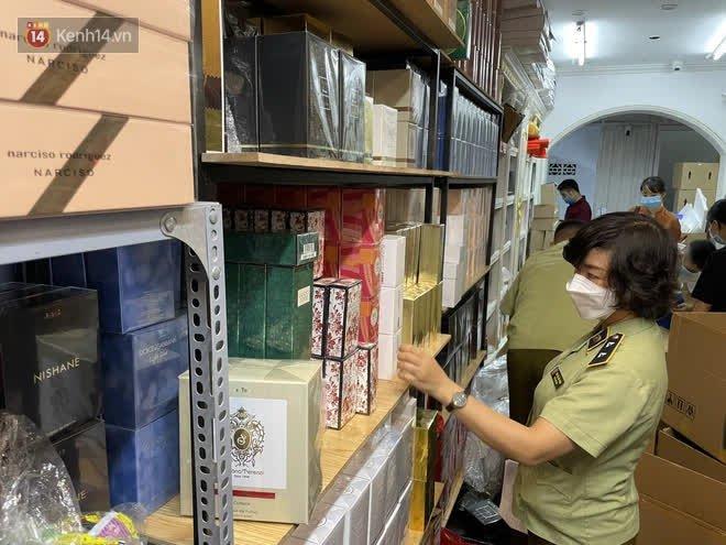 Đột kích cửa hàng ở phố cổ Hà Nội, thu giữ hàng nghìn chai nước hoa Gucci, Dolce & Gabbana, Good Girl... không rõ nguồn gốc - ảnh 1