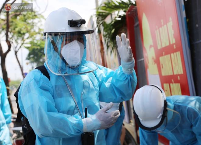 Chuyện chú Tám Sang bỏ tiền túi hàng trăm triệu đồng để cùng biệt đội khử khuẩn đi diệt Covid-19 khắp Sài Gòn - Ảnh 7.