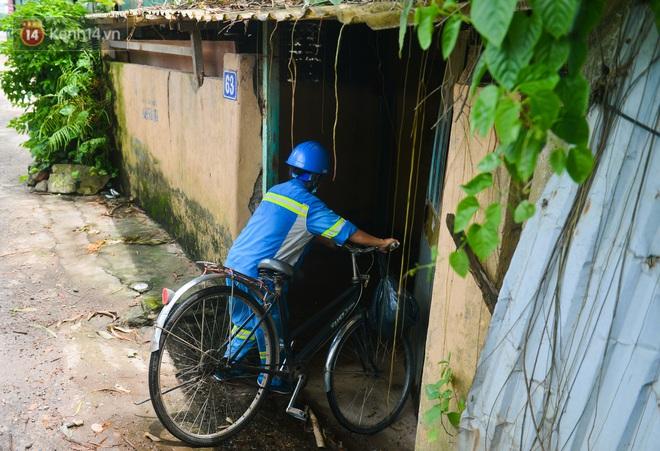Nước mắt những công nhân thu gom rác bị nợ lương ở Hà Nội: Con nhỏ nghỉ học vì xấu hổ, người bị cụt chân mò mẫm trong rác - Ảnh 7.