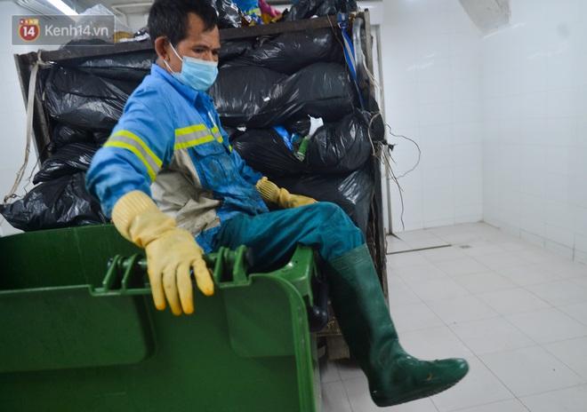 Nước mắt những công nhân thu gom rác bị nợ lương ở Hà Nội: Con nhỏ nghỉ học vì xấu hổ, người bị cụt chân mò mẫm trong rác - Ảnh 12.
