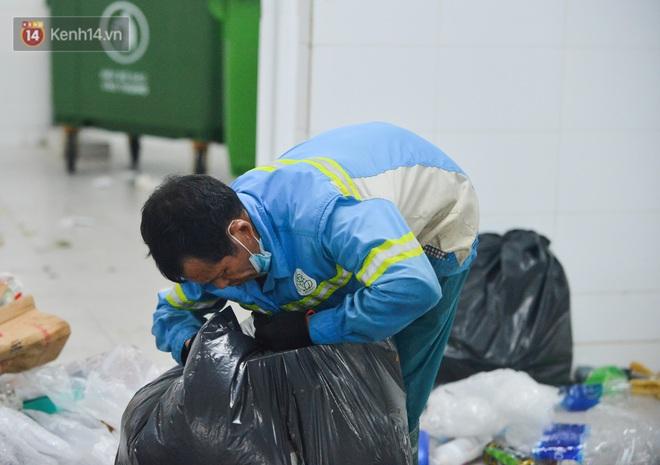 Nước mắt những công nhân thu gom rác bị nợ lương ở Hà Nội: Con nhỏ nghỉ học vì xấu hổ, người bị cụt chân mò mẫm trong rác - Ảnh 13.