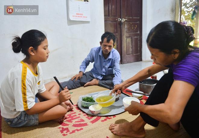 Nước mắt những công nhân thu gom rác bị nợ lương ở Hà Nội: Con nhỏ nghỉ học vì xấu hổ, người bị cụt chân mò mẫm trong rác - Ảnh 25.