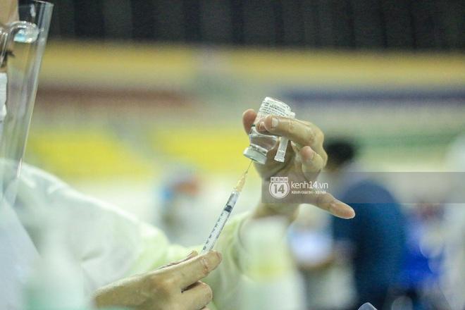 Ảnh, clip: Hơn 9.000 người tại TP HCM đến Nhà thi đấu Phú Thọ chờ tiêm vaccine Covid-19 - ảnh 12