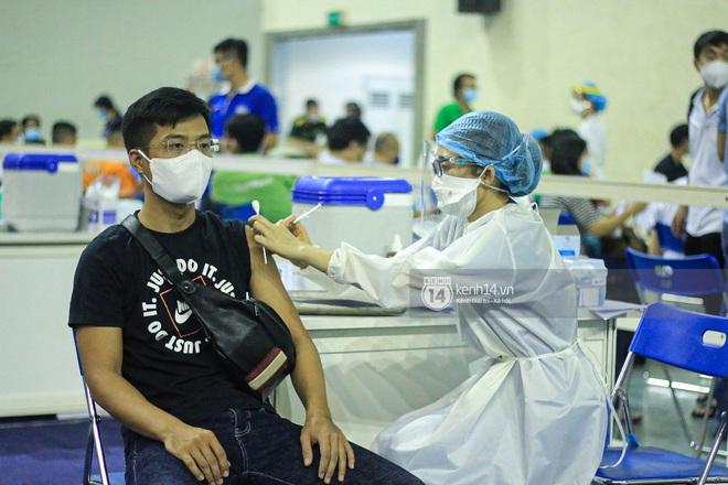 Ảnh, clip: Hơn 9.000 người tại TP HCM đến Nhà thi đấu Phú Thọ chờ tiêm vaccine Covid-19 - ảnh 11