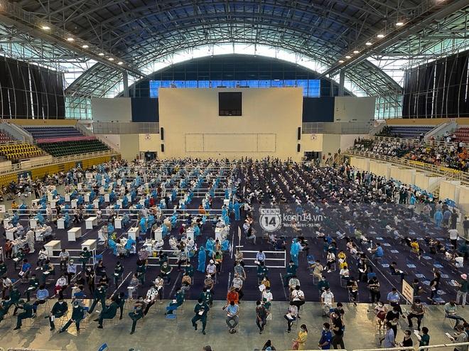 Ảnh, clip: Hơn 9.000 người tại TP HCM đến Nhà thi đấu Phú Thọ chờ tiêm vaccine Covid-19 - ảnh 8