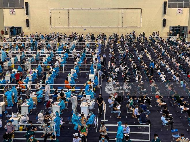 Ảnh, clip: Hơn 9.000 người tại TP HCM đến Nhà thi đấu Phú Thọ chờ tiêm vaccine Covid-19 - ảnh 7