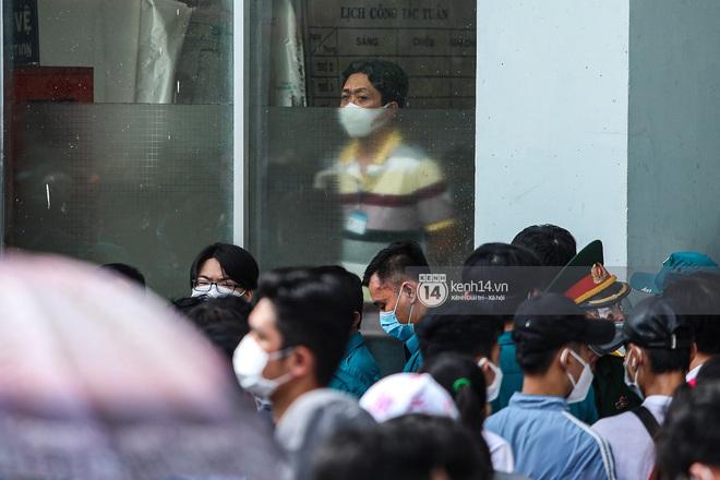 Ảnh, clip: Hơn 9.000 người tại TP HCM đến Nhà thi đấu Phú Thọ chờ tiêm vaccine Covid-19 - ảnh 2