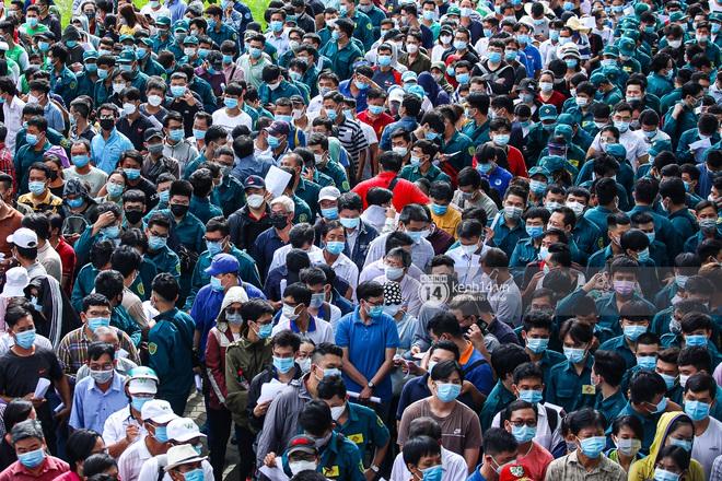 Ảnh, clip: Hơn 9.000 người tại TP HCM đến Nhà thi đấu Phú Thọ chờ tiêm vaccine Covid-19 - ảnh 3