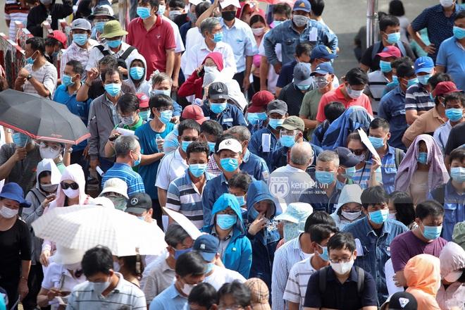 Ảnh, clip: Hơn 9.000 người tại TP HCM đến Nhà thi đấu Phú Thọ chờ tiêm vaccine Covid-19 - ảnh 4
