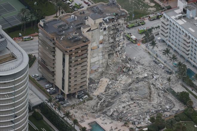 Hiện trường đổ nát vụ sập chung cư kinh hoàng ở Miami (Mỹ) - ảnh 1