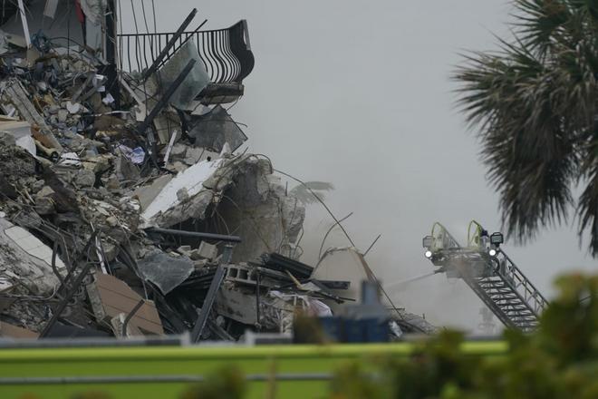 Hiện trường đổ nát vụ sập chung cư kinh hoàng ở Miami (Mỹ) - ảnh 2