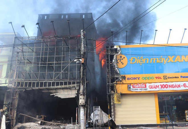 Phú Yên: Thông báo tìm người từng tụ tập xem đám cháy tại cửa hàng điện máy ở TX. Đông Hòa vì liên quan đến Covid-19 - ảnh 1