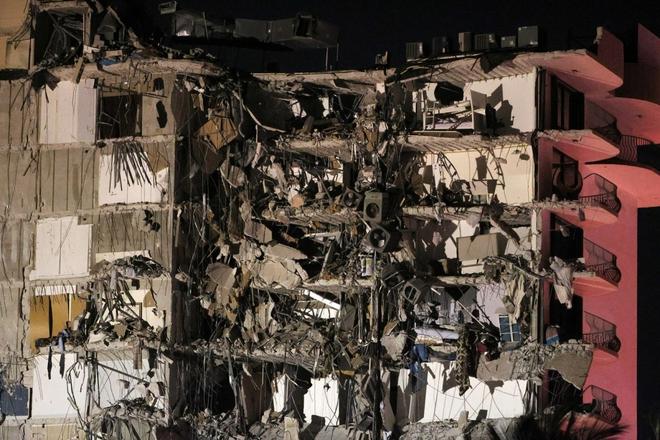 Hiện trường đổ nát vụ sập chung cư kinh hoàng ở Miami (Mỹ) - ảnh 11