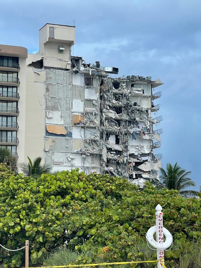 Hiện trường đổ nát vụ sập chung cư kinh hoàng ở Miami (Mỹ) - ảnh 17