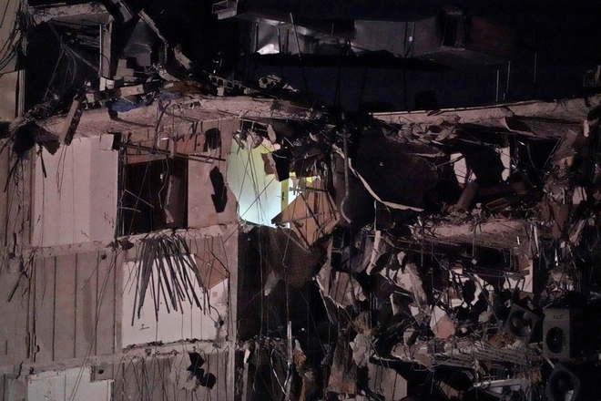 Hiện trường đổ nát vụ sập chung cư kinh hoàng ở Miami (Mỹ) - ảnh 20