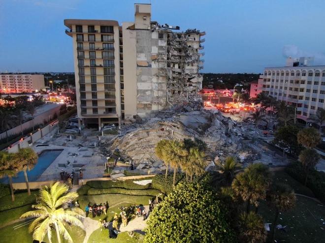 Hiện trường đổ nát vụ sập chung cư kinh hoàng ở Miami (Mỹ) - ảnh 6