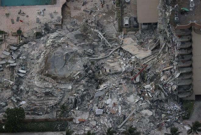 Hiện trường đổ nát vụ sập chung cư kinh hoàng ở Miami (Mỹ) - ảnh 10
